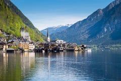 Villaggio famoso di Hallstatt in alpi ed in lago al crepuscolo, vecchia architettura, Austria, viaggio europeo fotografia stock
