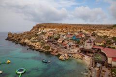 Villaggio famoso di Popeye a Malta Baia azzurrata nelle rocce Immagini Stock Libere da Diritti
