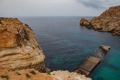 Villaggio famoso di Popeye a Malta Baia azzurrata nelle rocce Fotografia Stock Libera da Diritti