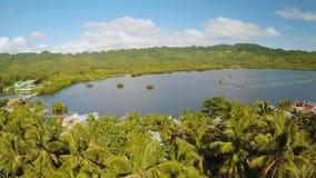 Villaggio filippino a distanza Siluetta dell'uomo Cowering di affari L'isola di Bohol Città di Anda video d archivio