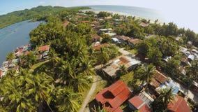 Villaggio filippino a distanza Siluetta dell'uomo Cowering di affari L'isola di Bohol Città di Anda stock footage