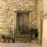 Villaggio francese, vecchio portello in via. Immagine Stock