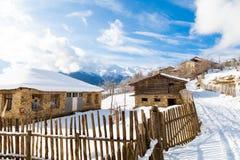 Villaggio georgiano su un fondo delle montagne Fotografia Stock