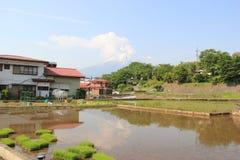 Villaggio giapponese con la montagna di Fuji nel fondo Immagini Stock