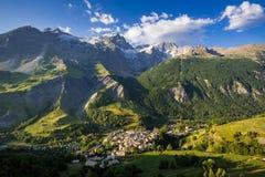 Villaggio grave della La con il picco di Meije della La Parco nazionale di Ecrins, Hautes-Alpes, alpi francesi, Francia Immagini Stock Libere da Diritti