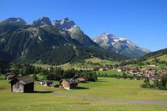 Villaggio Gsteig bei Gstaad e alte montagne Fotografie Stock Libere da Diritti