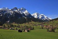 Villaggio Gsteig bei Gstaad e montagne ricoperte neve Fotografia Stock Libera da Diritti