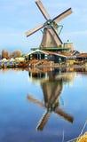 Villaggio Holland Netherlands di Zaanse Schans del mulino a vento del legname fotografia stock libera da diritti