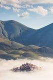 Villaggio incantato perso nella nebbia Fotografie Stock