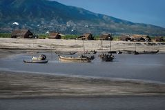 Villaggio indigeno del pescatore sulla banca di Ayeyarwady anche conosciuta come il fiume di Irrawaddy, immagine stock libera da diritti
