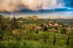 Villaggio italiano bucolico sulle montagne di Apennine Immagine Stock