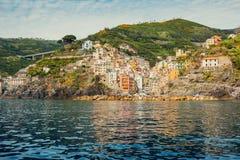 Villaggio italiano delle casette sveglie tradizionali di Cinque Terre Immagine Stock