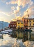 Villaggio italiano sveglio Malcesine a lago di garda: case e porto colourful immagini stock libere da diritti