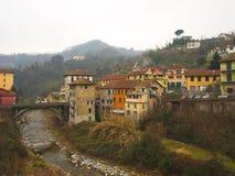 Villaggio lungo le banche del fiume Fotografia Stock Libera da Diritti