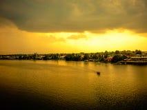 Villaggio malese attraverso il fiume immagine stock libera da diritti