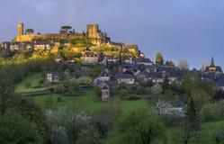 villaggio medievale con il castello Fotografia Stock