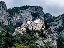 Villaggio medievale del peillon nella regione della Provenza di Nizza immagini stock