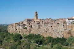 Villaggio medievale di Pitigliano sulla collina rocciosa del tufo, Italia Fotografia Stock