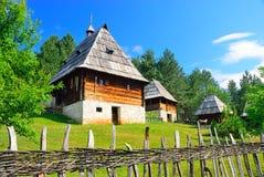 Villaggio medievale tradizionale conservato dei Balcani in Sirogojno, Zlatibor, Serbia fotografia stock