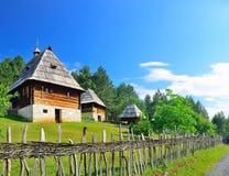 Villaggio medievale tradizionale conservato dei Balcani in Sirogojno, Zlatibor, Serbia fotografie stock libere da diritti