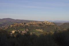 Villaggio medievale in un paesaggio italiano fotografia stock