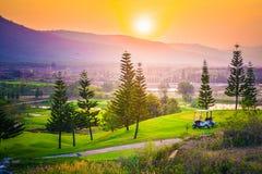 Villaggio, montagna e tramonto/alba, Tailandia Immagine Stock