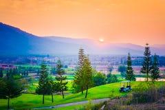 Villaggio, montagna e tramonto/alba, Tailandia Fotografie Stock Libere da Diritti