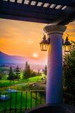 Villaggio, montagna e tramonto/alba, Tailandia Immagini Stock