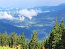 Villaggio in montagne, Carpathians, Ucraina Immagine Stock