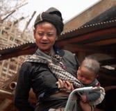 Villaggio Myanmar della Enn-Tribù del bambino & della madre Immagine Stock Libera da Diritti