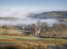 Villaggio nebbioso delle vallate di Yorkshire fotografie stock