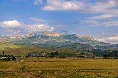 Villaggio nei precedenti delle montagne rocciose Fotografie Stock