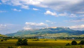 Villaggio nei precedenti delle montagne rocciose Immagini Stock