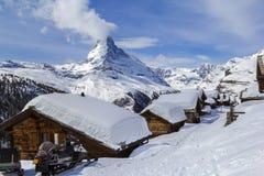 Villaggio nell'inverno con i tetti innevati profondi Fotografia Stock
