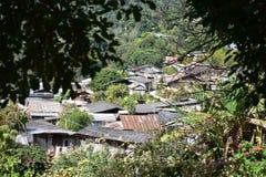 Villaggio nella foresta fotografie stock