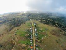 Villaggio nella foreste della Russia La vista dalla parte superiore Immagine Stock