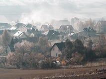 Villaggio nella mattina nebbiosa Fotografia Stock Libera da Diritti