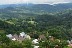 Villaggio nella valle fotografie stock