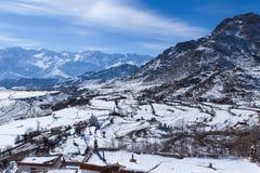 Villaggio nella valle della montagna durante l'inverno, Leh immagini stock