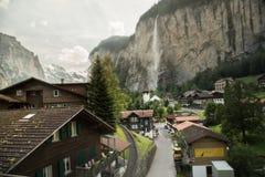 Villaggio nella valle delle alpi svizzere Fotografia Stock