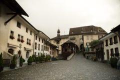 Villaggio nella valle delle alpi svizzere Immagini Stock Libere da Diritti