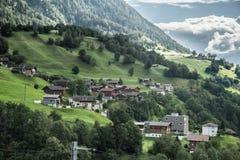 Villaggio nella valle delle alpi svizzere Fotografia Stock Libera da Diritti