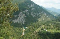 Villaggio nella vita del canyon fra le montagne Immagine Stock