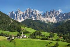Villaggio nelle alpi europee Immagini Stock Libere da Diritti