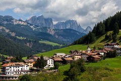 Villaggio nelle alpi europee Fotografia Stock Libera da Diritti