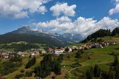 Villaggio nelle alpi europee Immagine Stock