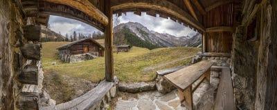 Villaggio nelle alpi europee Immagini Stock