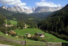 Villaggio nelle dolomia Fotografia Stock Libera da Diritti