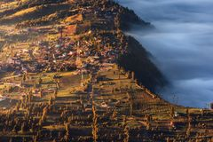 Villaggio nelle nuvole alla montagna di Bromo, Indonesia fotografia stock