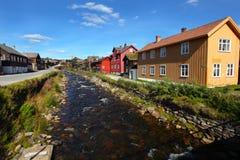 Villaggio norvegese pittoresco di fusione con il fiume Fotografia Stock Libera da Diritti
